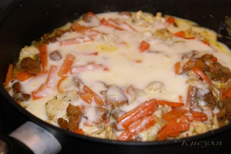 Салат из курицы в сырном соусе