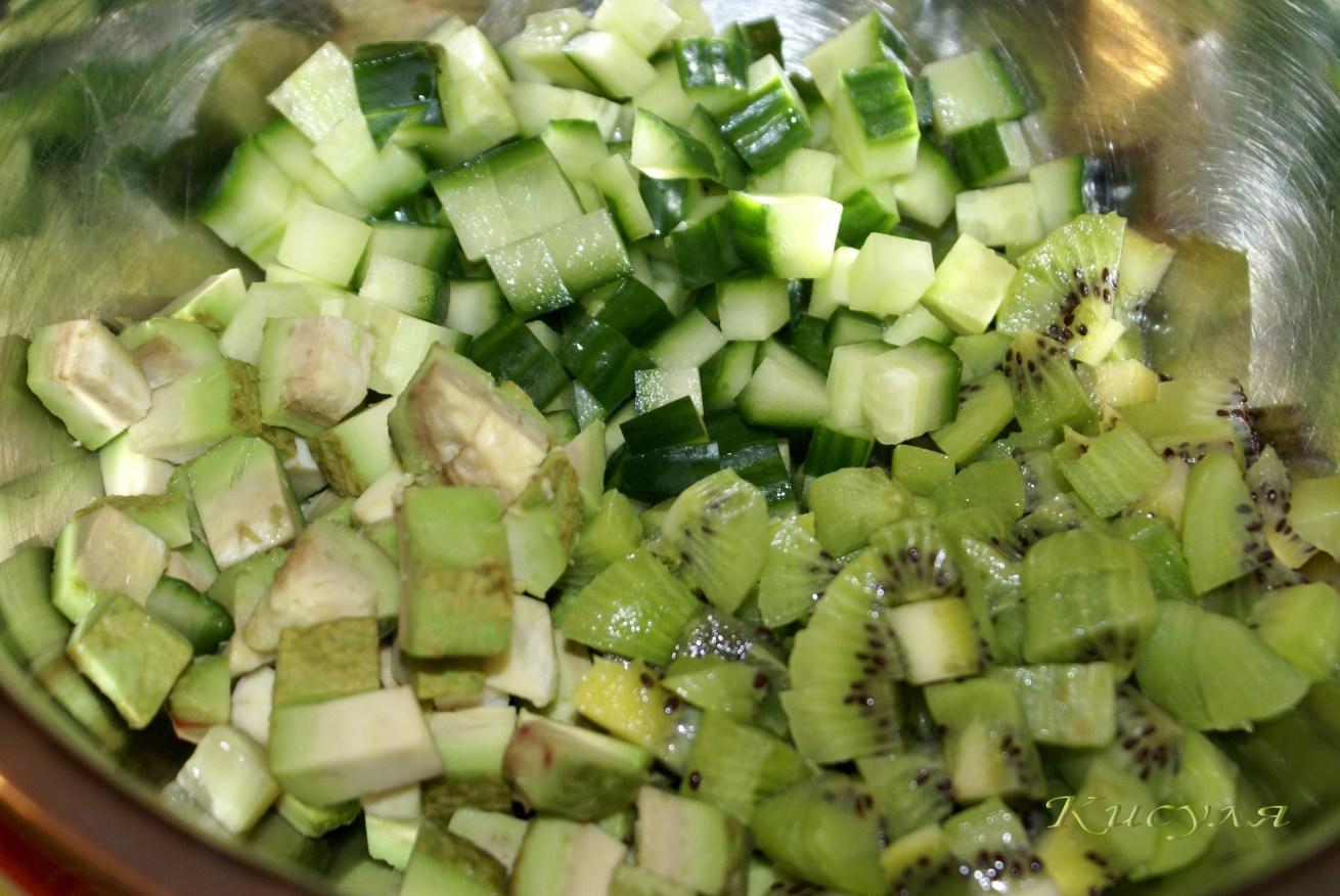 Салат из авокадо и киви и огурцов