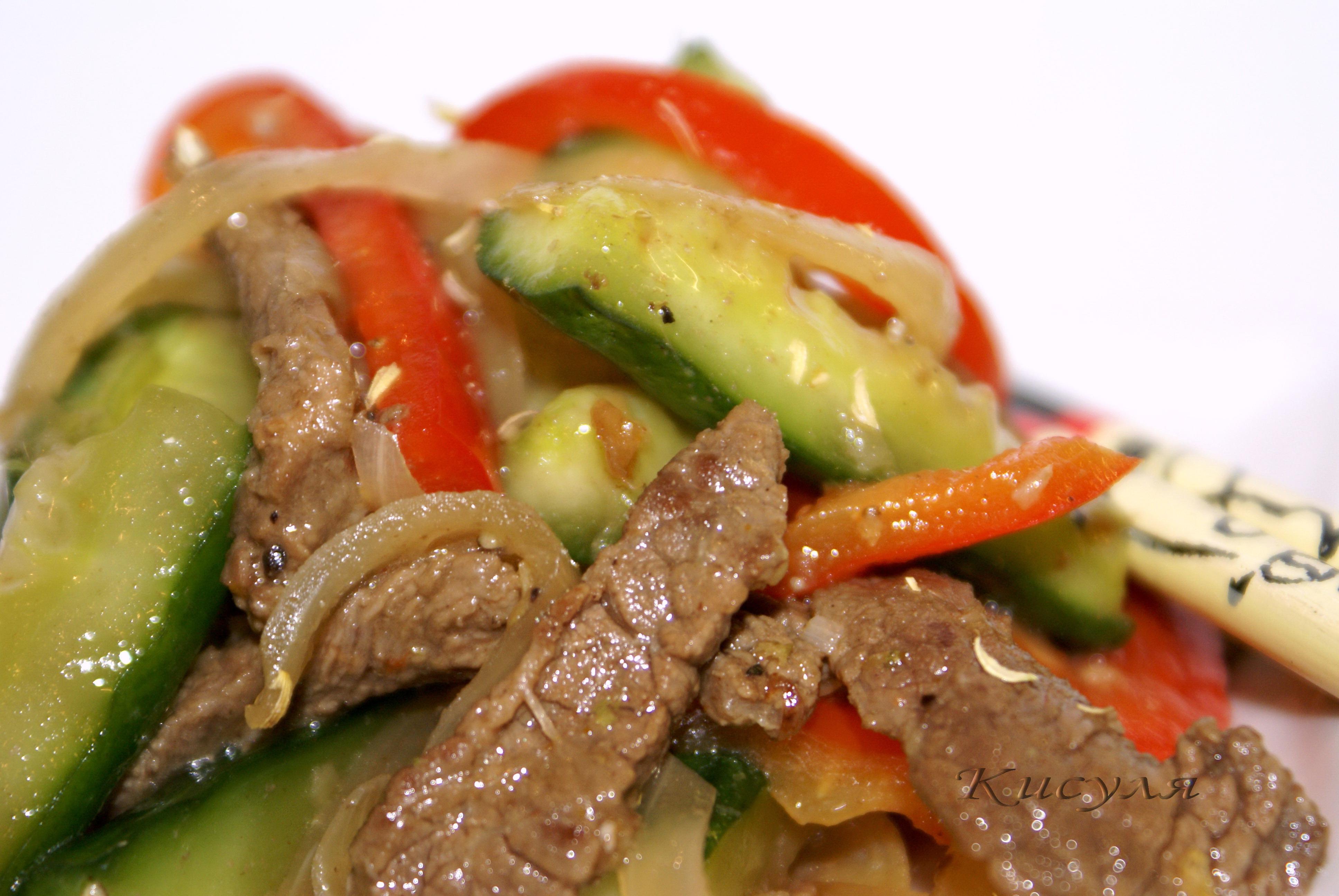 горячий салат с огурцами и мясом