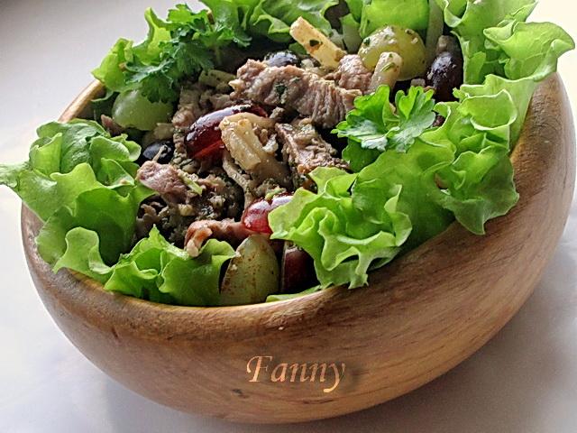 Мясной салат с сельдереем и виноградом